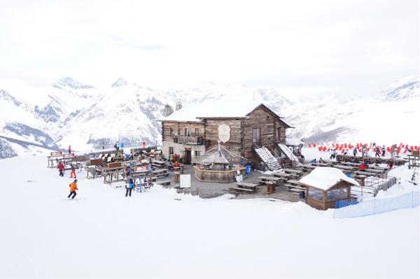 Camanel di Planon ligger 2.360 meters höjd och har en otroligt fin utsikt över bergen.