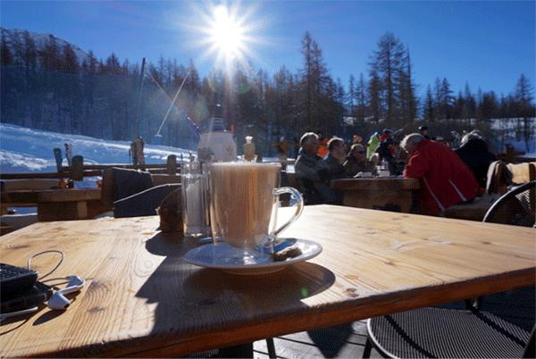 Denna ljuvliga Macchiatto dricks bäst i solen på terrassen