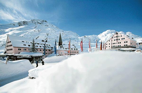 Arlberg Hospiz Hotel med Österrikisk sol i bakgrunden