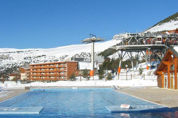 Poolen är uppvärmd till 28 grader så att du kan njuta av ett dopp med snön i blickfånget.