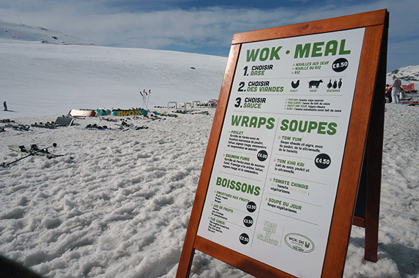 Wok-ski's meny ute i pisten.