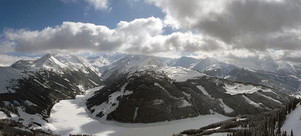 Det snöar så mycket i Zell am Ziller att sjön ibland har ett snötäcke över sig.