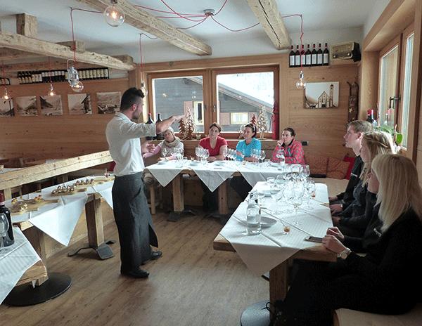 Daniele berättar om den första champagnen och mousserande vinet.