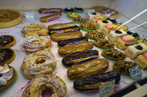 Ett franskt bageri är hemmet för kakor, croissanter och baguetter