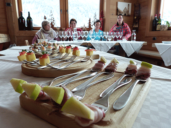 Pancetta med en äppelskiva – äpplet hjälper dig ta reda på om vinet är riktigt bra