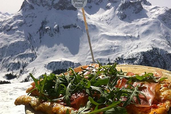 Pizza i Alperne smager dejligt og udsigten kan man ikke klage over