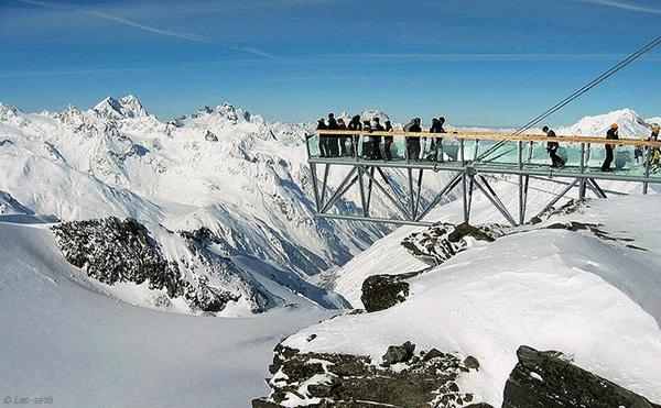 Pa toppen av Tiefenbach Gletsjeren hittar du annu en utsiktpunkt, som ligger pa 3,250 meters hojd.