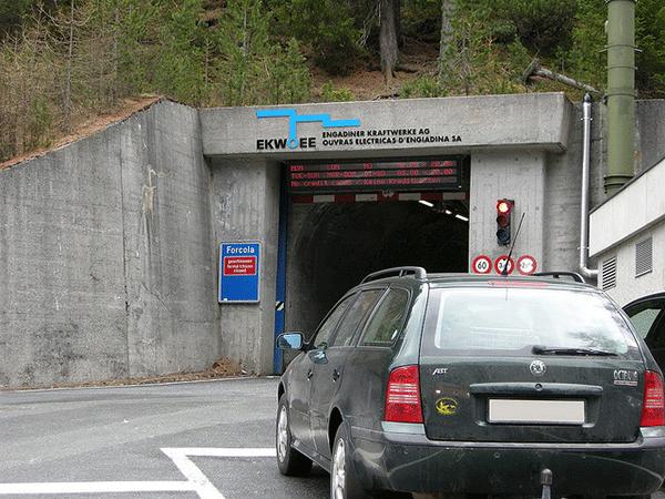 Tunneln har dock bara en korbana, och den ar sa liten att den dubbeldackare inte kan komma igenom.
